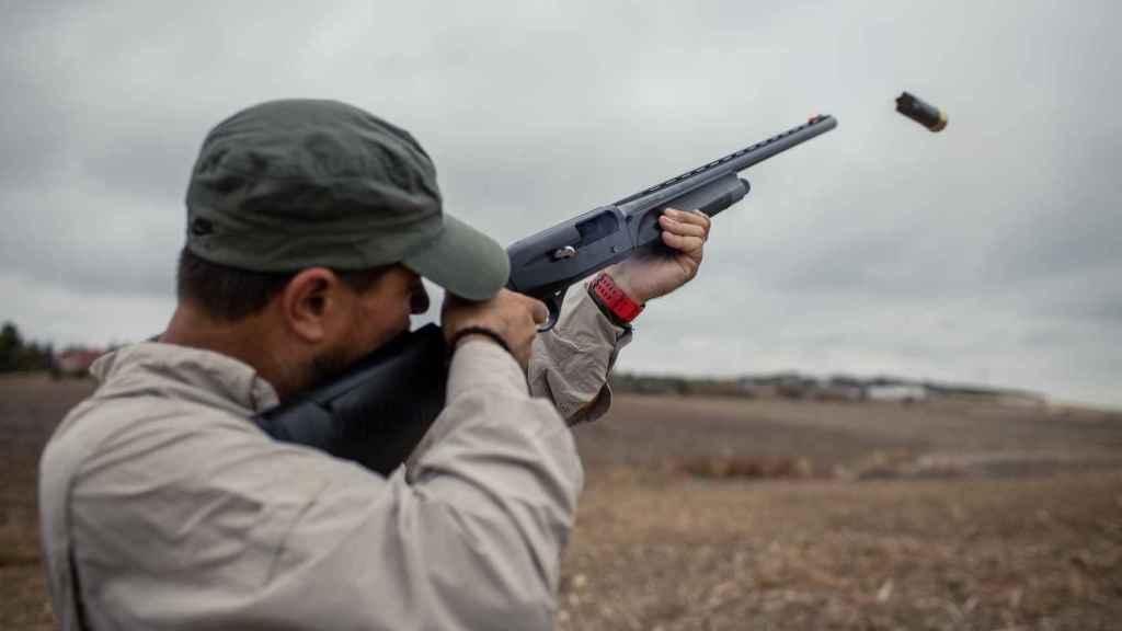 Un cazador efectúa un disparo con su escopeta.