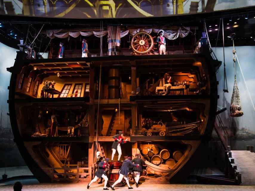 'El último penacho' se desarrolla en un auditorio que va girando, con distintos decorados.