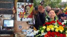 A la izquierda, el bar de Chen; a la derecha, él durante el día de la exhumación.
