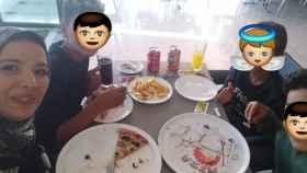 Nur Houda, con los tres niños a los que ella misma ha tapado las caras, comiendo en una pizzería tras el incidente.