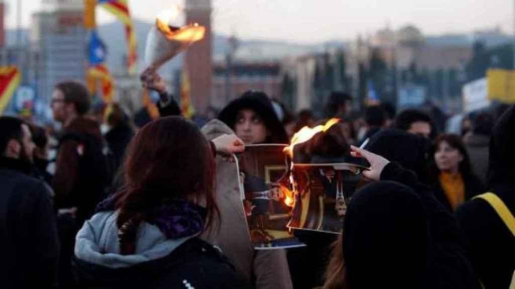 Independentistas radicales quemando fotografías del Rey.