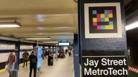 Una etiqueta inteligente de Navilens en el metro de Nueva York.