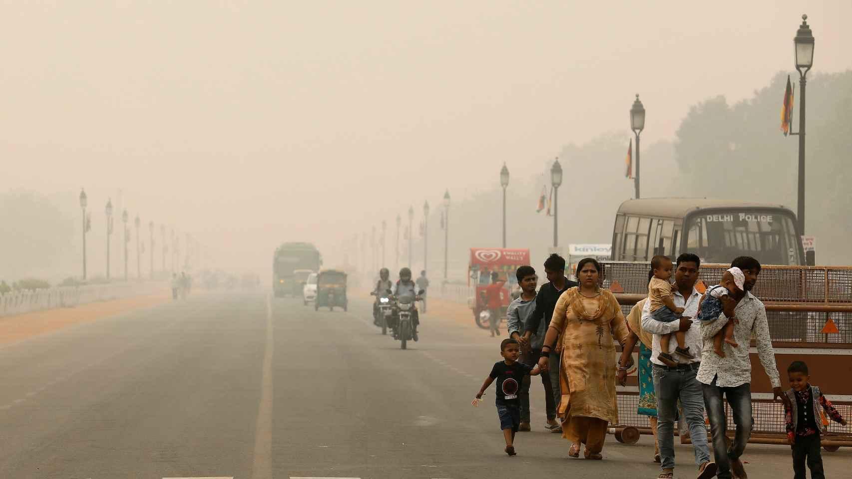 Emergencia de salud en Nueva Delhi: el gobierno reparte millones de mascarillas