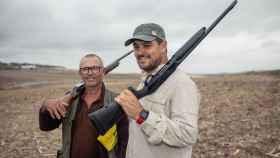 Domingo Dorantes (i), aficionado a la caza y guarda de un coto, junto a Juan Antonio Romero, vicepresidente de la Sociedad de Caza Lebrijana.