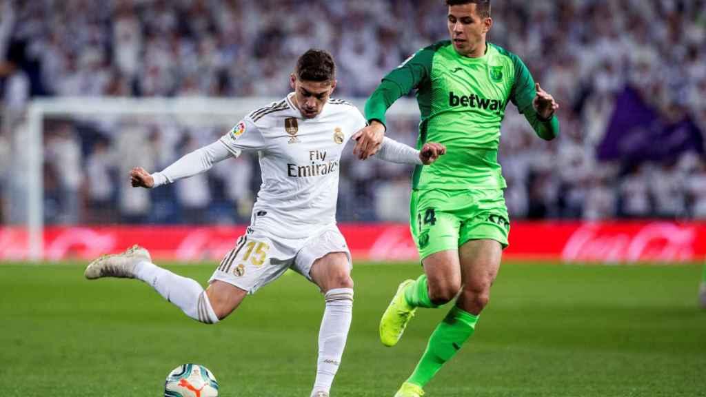 Fede Valverde listo para golpear el balón en el partido frente al Leganés