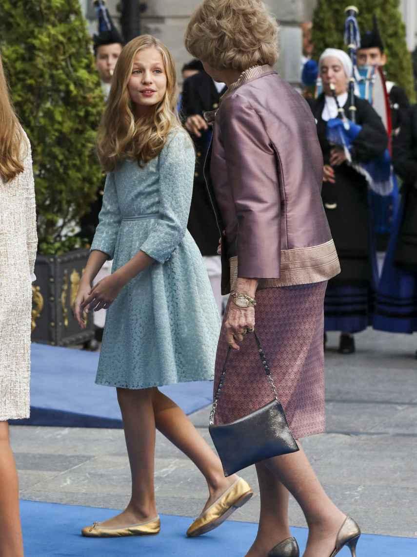 La princesa Leonor habla con la reina Sofía en los Premios Princesa de Asturias de este año.