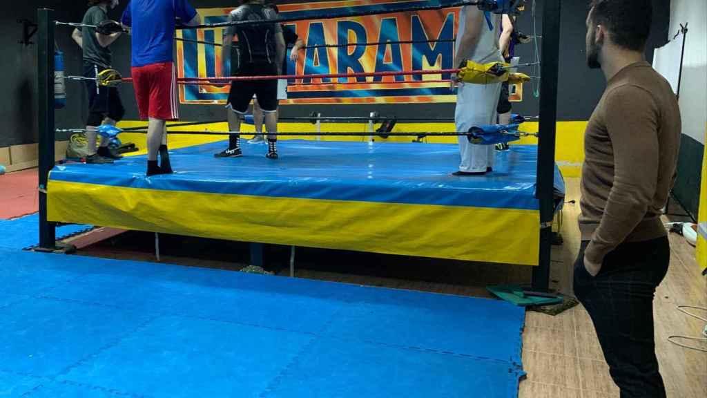 A-Kid contempla a otros luchadores españoles que entrenan en el Gimnasio Lucharama