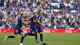 Los jugadores del Levante celebran uno de los goles ante el Barcelona