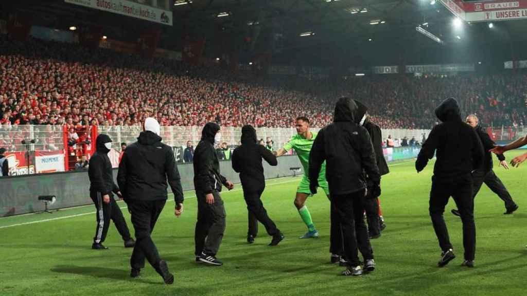 Los ultras del Union Berlín saltan al campo en el derbi frente al Hertha
