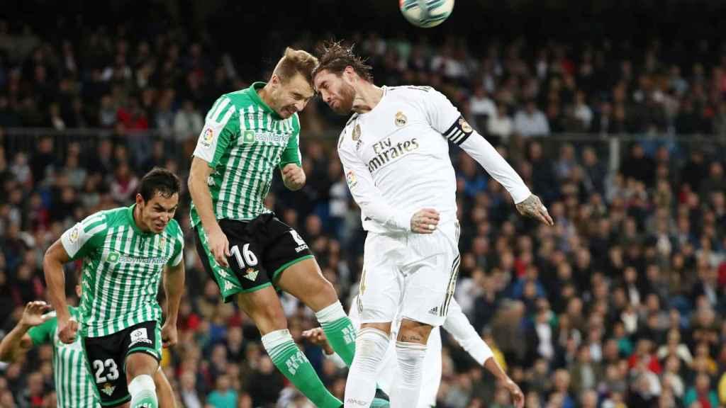 Loren y Sergio Ramos pelean por un balón aéreo