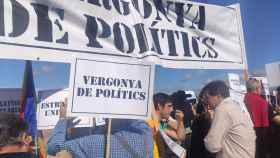 Sergi Sabrià habla con los CDR que han boicoteado el acto de ERC ante la cárcel de Lledoners.