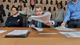 Tomás Santoro (izquierda) en el momento de la firma de la venta de su empresa.
