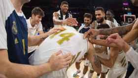 El Real Madrid celebra la canasta sobre la bocina de Deck ante el Baskonia