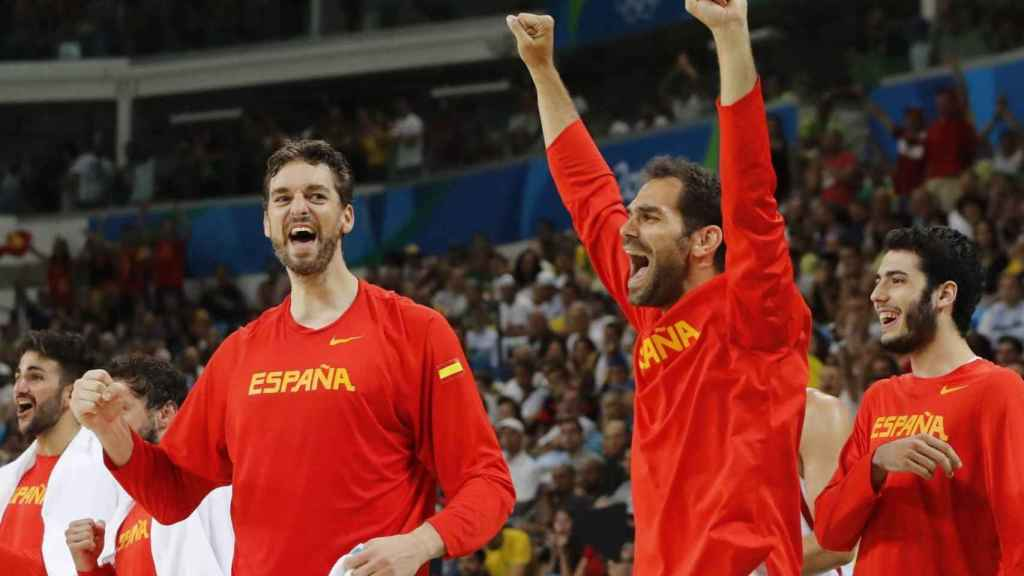 Gasol y Calderón celebran un triunfo de la Selección Española de Baloncesto