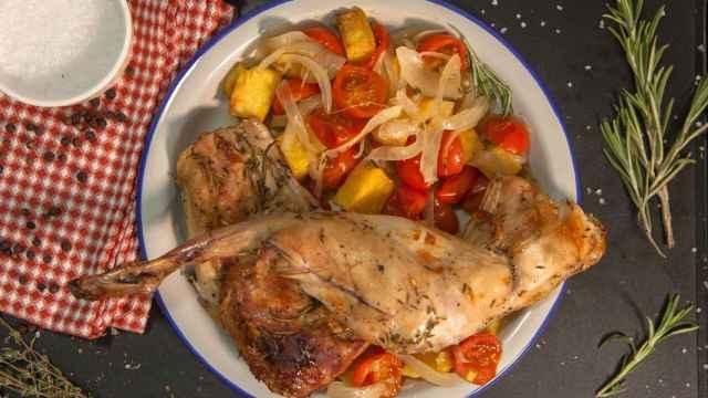 Conejo asado al horno, receta fácil y ligera para días de fiesta