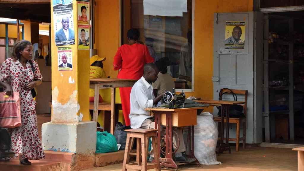 Una sastrería en la calle, en Uganda.