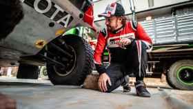 Fernando Alonso, comprobando que todo está en orden en su Toyota