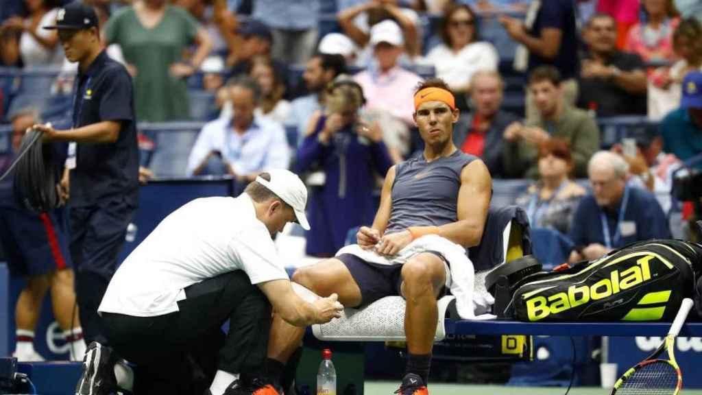 Rafa Nadal, atendido por molestias en la rodilla