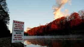 Un lago contaminado cerca de una planta industrial.