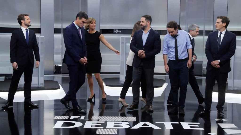 Los candidatos colocándose para la 'foto de familia' antes del inicio del debate.