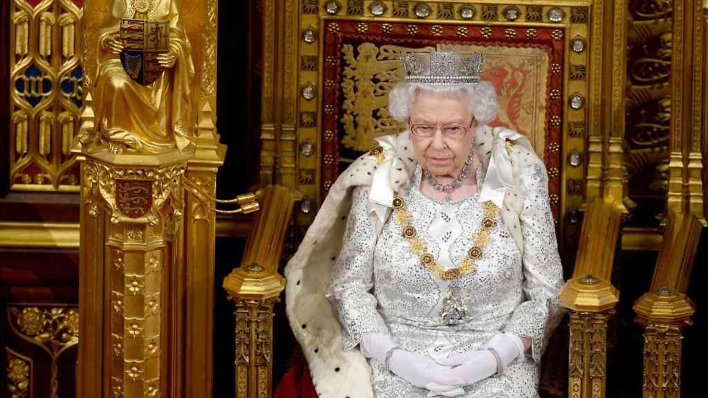 Desde el palacio de Buckingham han explicado que la Reina seguirá usando pieles en algunos eventos oficiales.