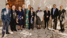 En la imagen, Sergio junto a sus ochos bisabuelos y sus padres, en el pueblo de Anaya de Alba.