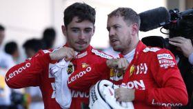 Charles Leclerc y Sebastian Vettel conversan durante el GP de Japón de Fórmula 1