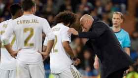 Marcelo habla con Zidane en la banda del Santiago Bernabéu