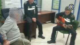 Uno de los agentes se arrancó a tocar una pieza con su guitarra.