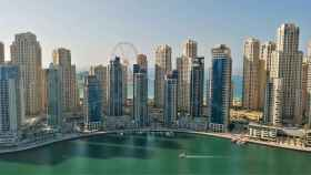 Perfil de rascacielos en Dubái, la ciudad más poblada de Emiratos Árabes Unidos.