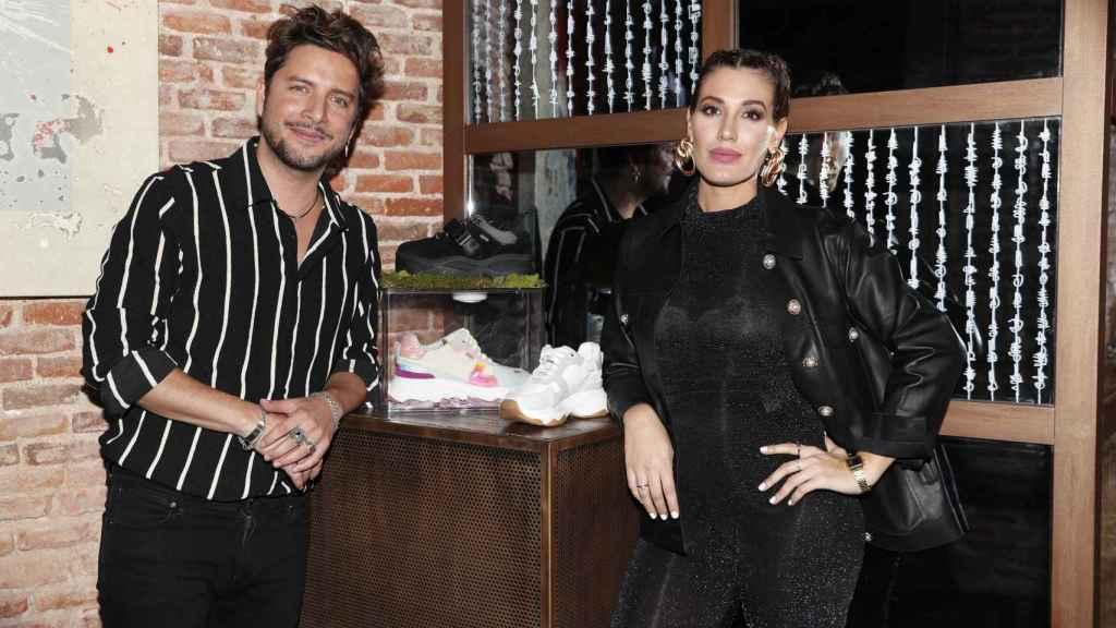 Manuel Carrasco y Almudena Navavlón en la presentación de la marca de zapatillas de ella.