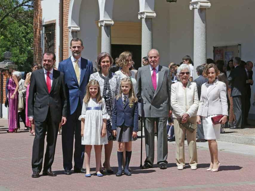 Jesús Ortiz, el rey Felipe, la reina Sofía, la reina Letizia, el rey Juan Carlos, Menchu Álvarez del Valle, Paloma Rocasolano y las infantas en la comunión de la princesa Leonor.