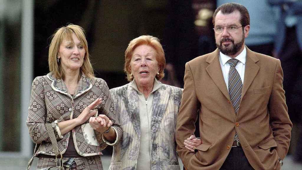Henar Ortiz junto a su madre, Menchu Álvarez del Valle, y su hermano Jesús Ortiz el día que nació la princesa Leonor.