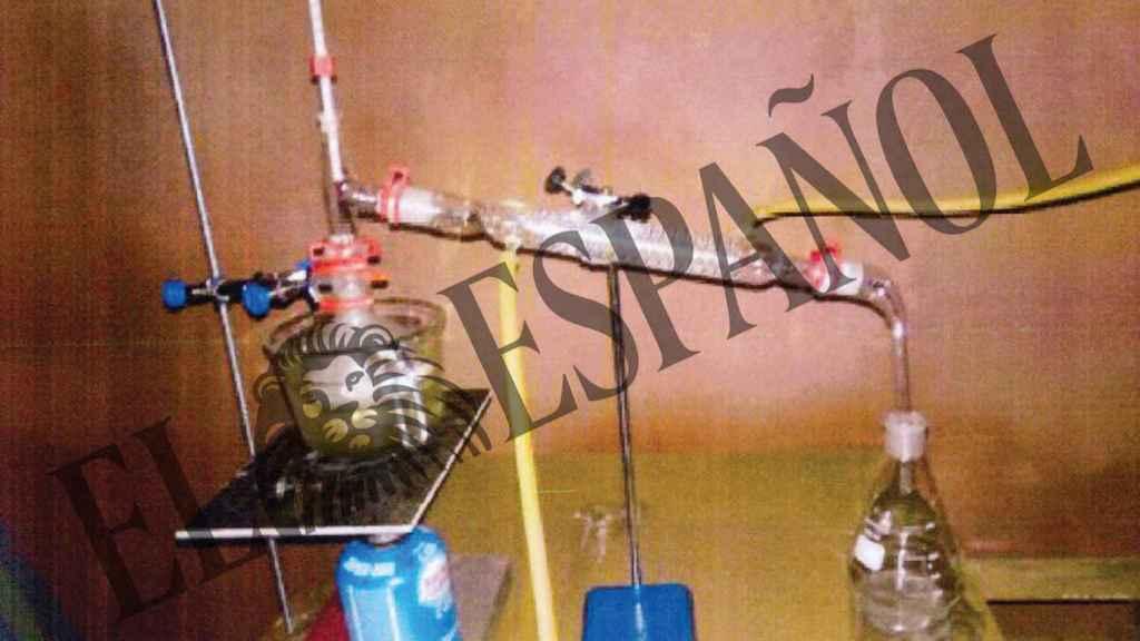 Fotograma de un vídeo en el que los CDR exhiben el proceso de elaboración de la Termita, un explosivo capaz de fundir metales pesados.