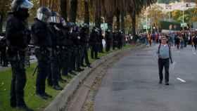 Agentes de la policía antidisturbios, frente al Palacio de Congresos de Cataluña.