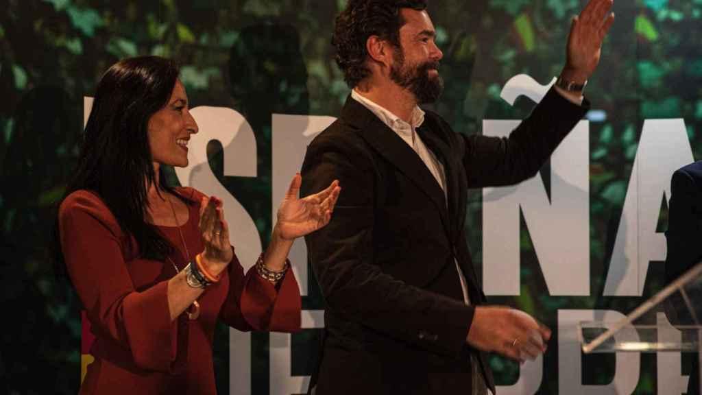 La número uno de Vox al Congreso por Cáceres, Magdalena Nevado, junto al dirigente Iván Espinosa de los Monteros.