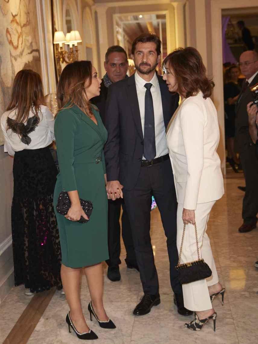 Ana Rosa Quintana hablando con Chenoa y Miguel Sánchez Encinas.