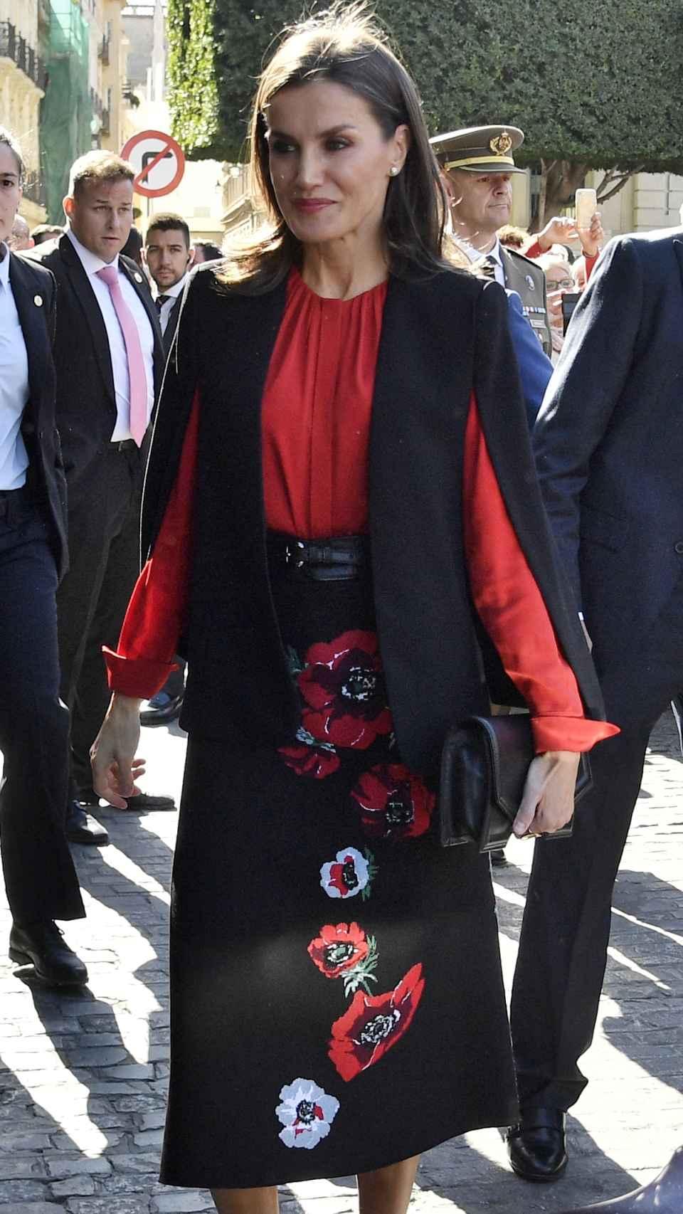 La Reina ha escogido un excesivo 'look' para el acto de este viernes en Sevilla.