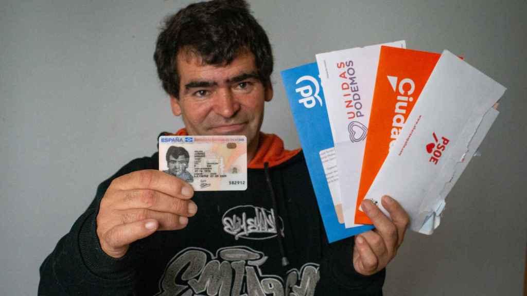 Luis Jiménez muestra su reciente DNI junto a la publicidad electoral recibida estos días por correo postal.