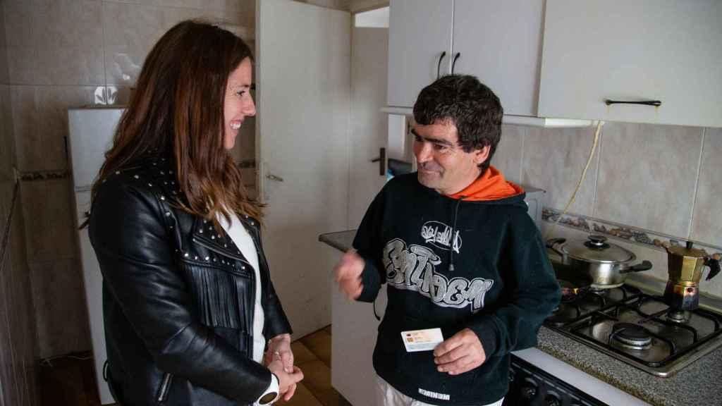 Luis hablando con Maite, técnica de intervención de Habitat en Hogar Sí.