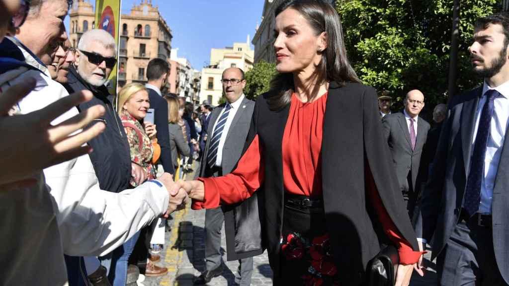 Detalle de la chaqueta que ha lucido la Reina este viernes en Sevilla.