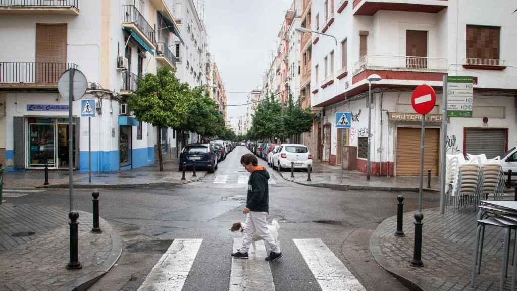 Luis paseando a su perro Chimba por las calles de Córdoba.