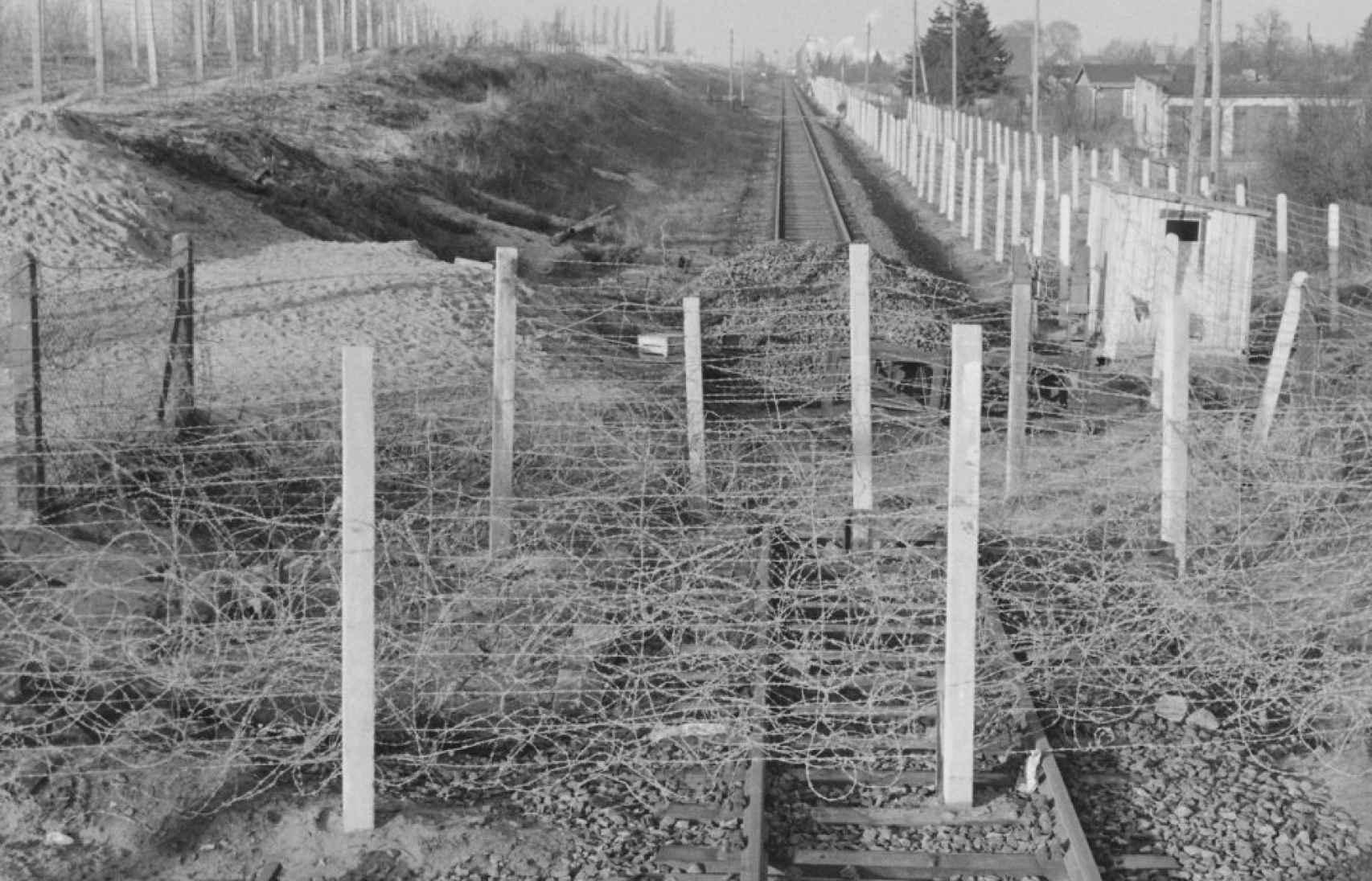 El estado de las vías después de la heroica huida de Harry Deterling y su familia.