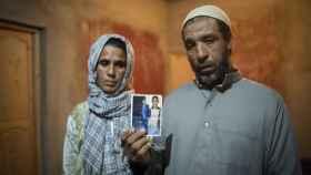 Mohamed Srit y su mujer, Mennana, muestran una foto de su hijo Abdelkhalek, muerto en una patera