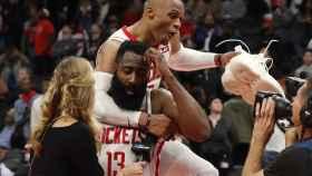 James Harden, junto a Russell Westbrook con los Rockets