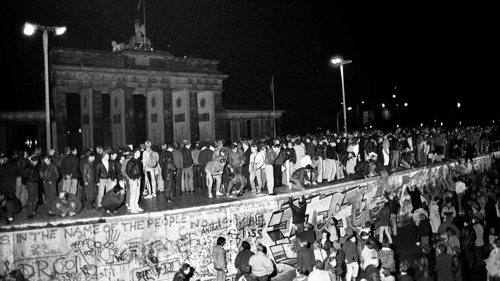 Los ciudadanos celebran la apertura de fronteras delante de la puerta de Brandeburgo.