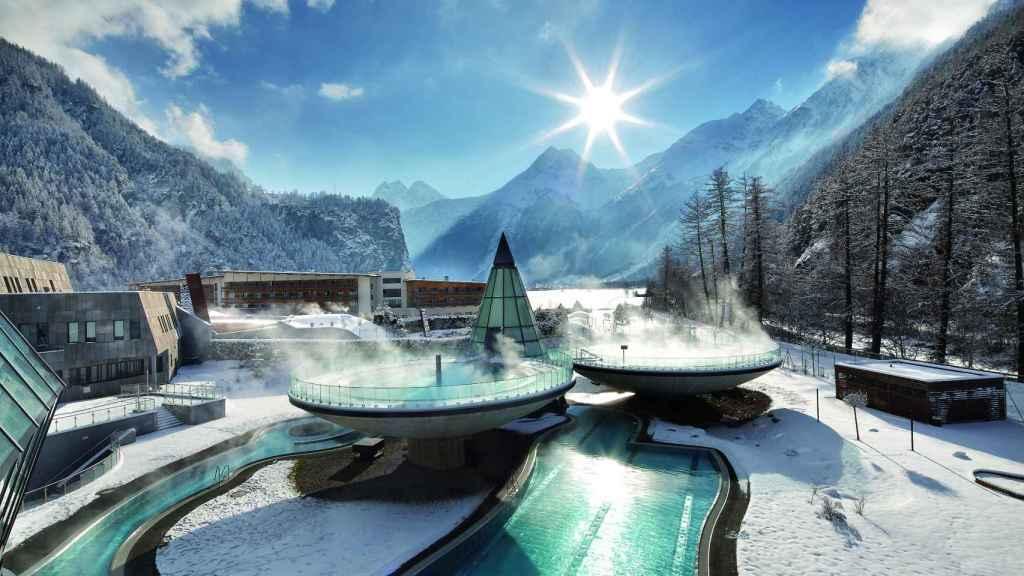 Vista exterior del futurista Aqua Dome,en los Alpes tiroleses.