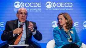 Ángel Gurría, secretario general de la OCDE,  y la ministra española de Economía, Nadia Calviño.