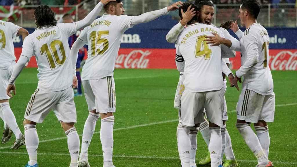 Sergio Ramos celebra con sus compañeros su gol de penalti al Eibar
