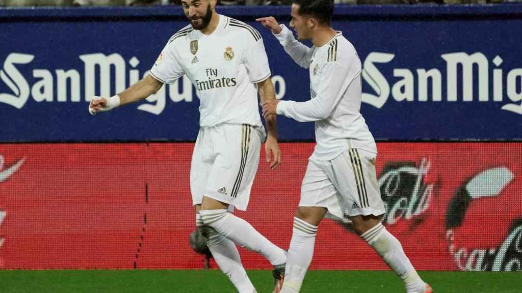 Benzema celebra su gol de penalti al Eibar, el segundo del partido y el tercero del Real Madrid
